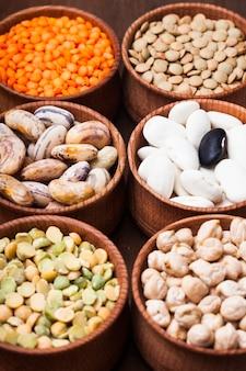 Verschillende soorten bonen in houten schalen