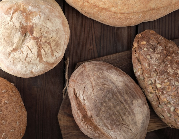 Verschillende soorten brood gebakken op houten