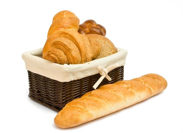 Verschillende soorten brood in mandclose-up