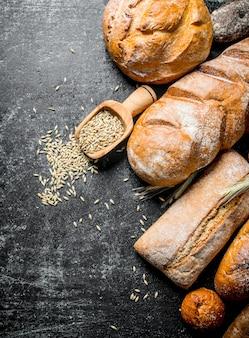 Verschillende soorten brood met graan.