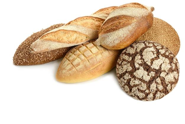 Verschillende soorten brood op een witte achtergrond.