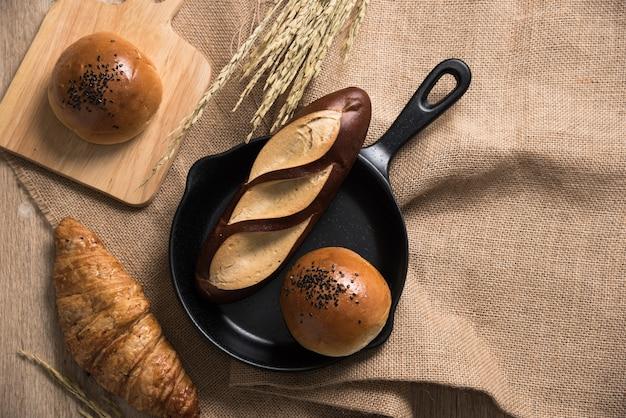 Verschillende soorten brood over de rouwgewaad in de keuken