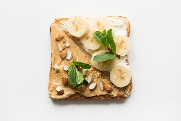 Verschillende soorten broodjes voor gezond en suikervrij kinderontbijt, notenpasta, bananen.