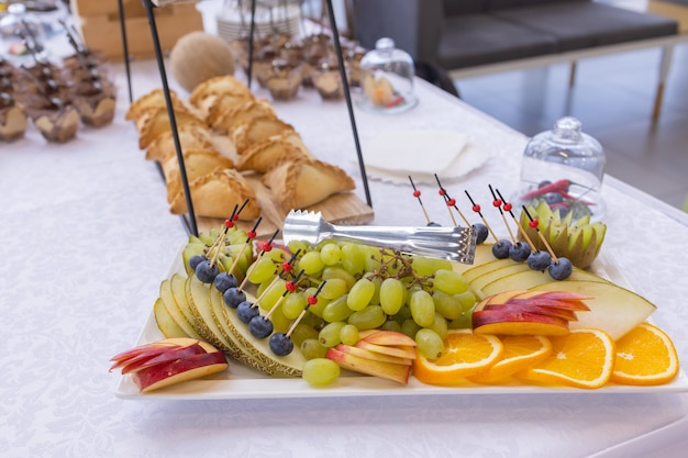 Verschillende soorten canapés op buffettafel
