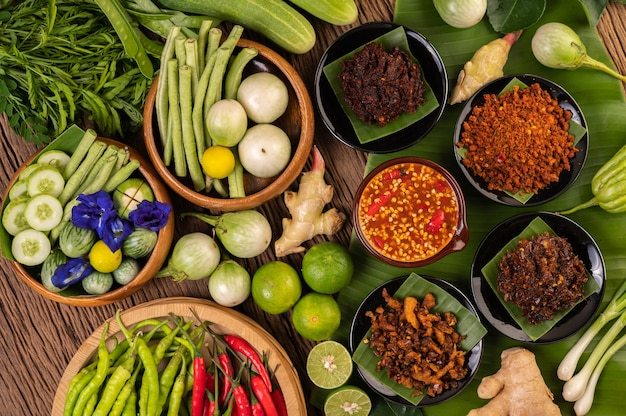 Verschillende soorten chilisaus in een beker met ingrediënten om te maken