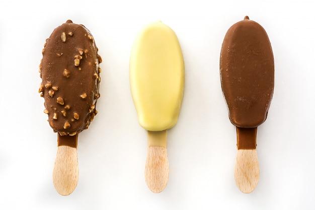 Verschillende soorten chocolade ijs ijslollys geïsoleerd op wit.