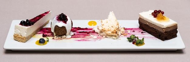 Verschillende soorten dessert geplaatst op witte plaat