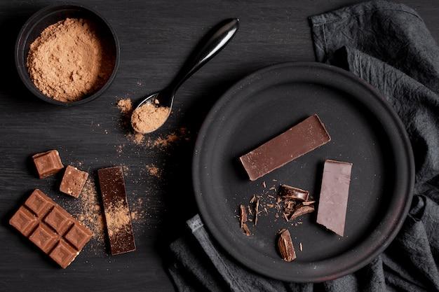 Verschillende soorten donkere chocolade op tafelblad bekijken
