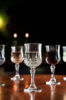 Verschillende soorten dranken in vintage cocktailglazen in een bar