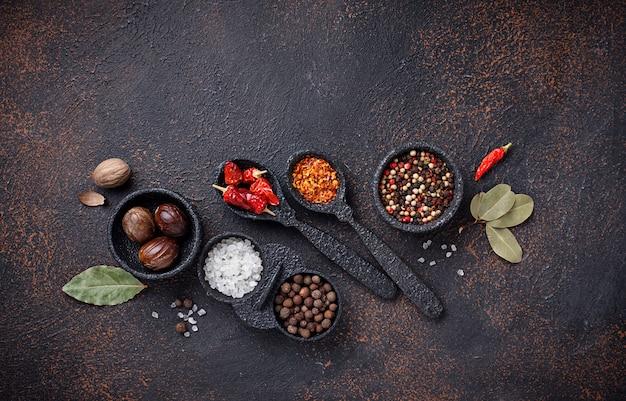 Verschillende soorten droge kruiden en specerijen