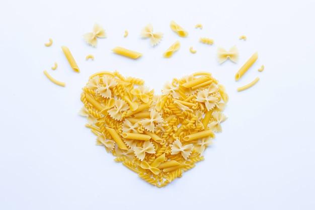 Verschillende soorten droge pasta op wit.