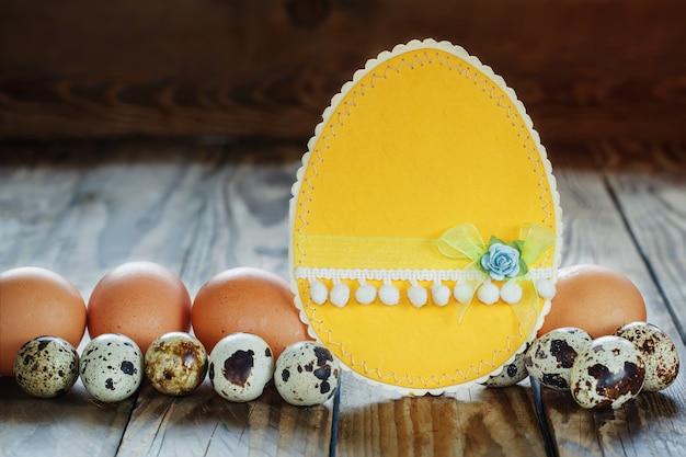 Verschillende soorten eieren en pasen-kaart op houten