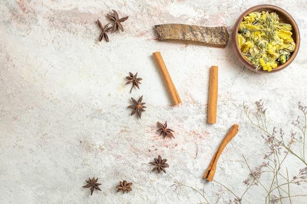 Verschillende soorten gedroogde kruiden op wit marmer