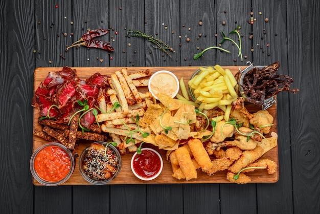 Verschillende soorten gefrituurde snacks, croutons, vlees