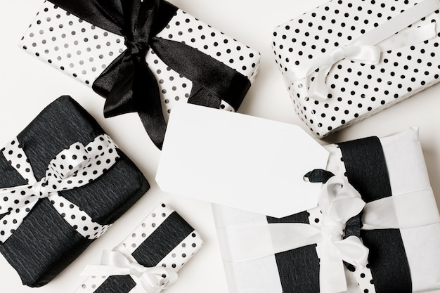 Verschillende soorten geschenkdozen verpakt in zwart en wit ontwerppapier