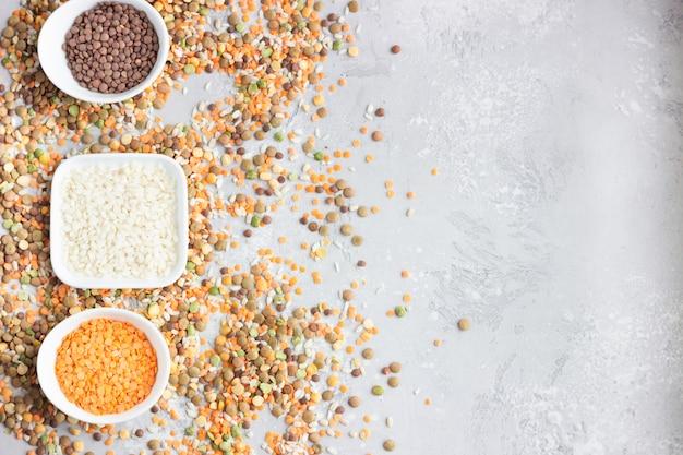 Verschillende soorten granen granen in witte keramische kommen