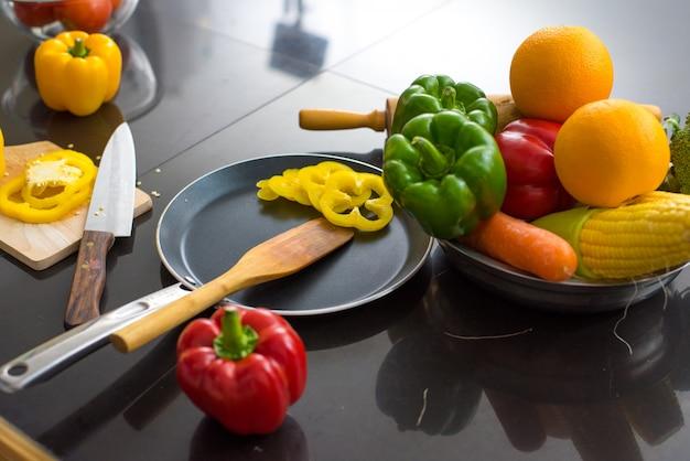 Verschillende soorten groenten op de tafel