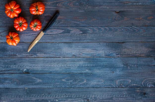 Verschillende soorten groenten op een oude houten tafel