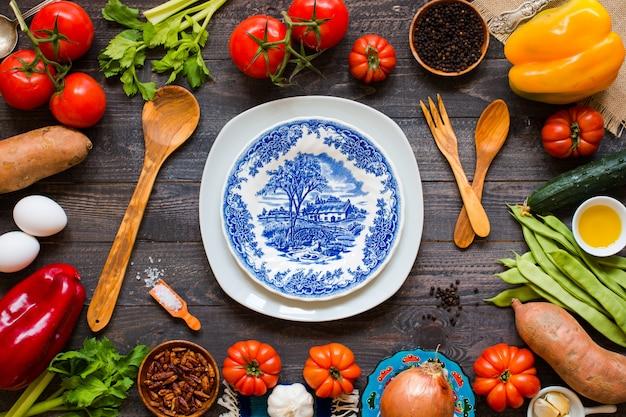 Verschillende soorten groenten, op een oude houten tafel