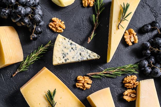 Verschillende soorten heerlijke kaas met walnoten en druiven