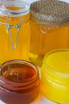 Verschillende soorten honing in potten. detailopname
