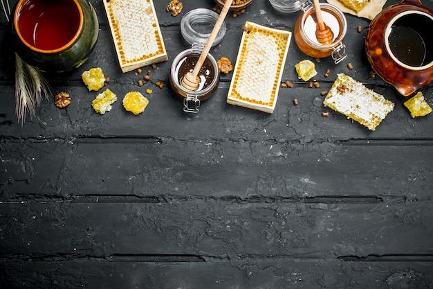 Verschillende soorten honing. op een zwarte rustieke tafel.