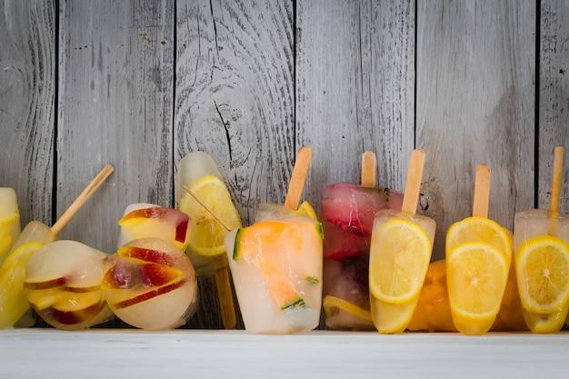 Verschillende soorten ijs, bevroren fruit