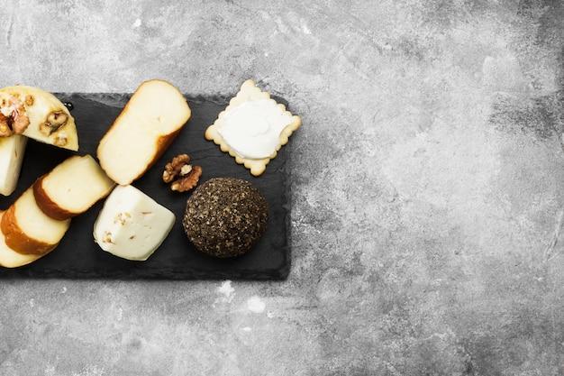 Verschillende soorten kaas op een grijze achtergrond. bovenaanzicht, kopieer ruimte.