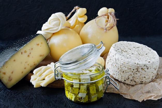 Verschillende soorten kaas op een zwarte achtergrond. kaasschotel