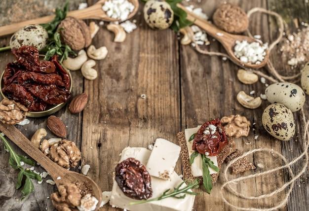 Verschillende soorten kaas op houten achtergrond, samenstelling, delicatessenwinkel, concept en gastronomische kazen