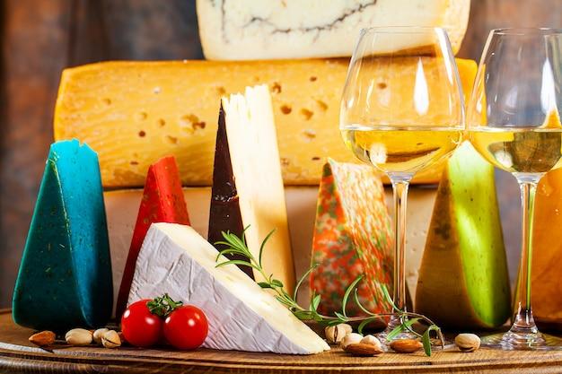 Verschillende soorten kaas op keukentafel.