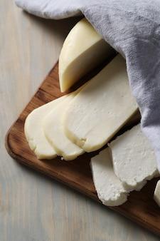 Verschillende soorten kaas op snijplank