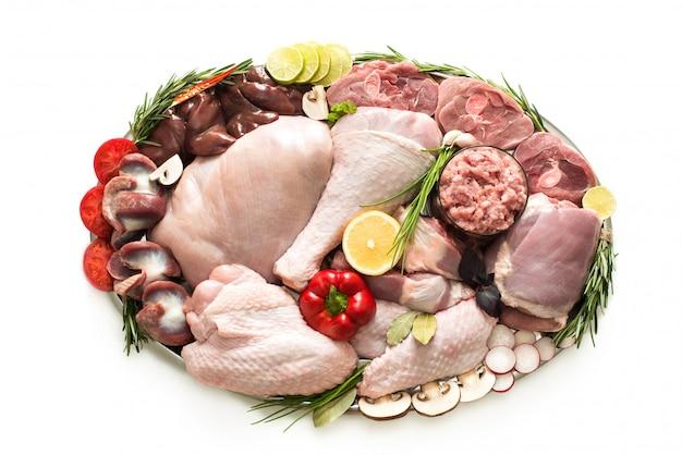 Verschillende soorten kalkoenvlees en kip, steaks, karkas gevogelte voor het koken, bovenaanzicht op een houten bord, geïsoleerd. plat lag, koken concept