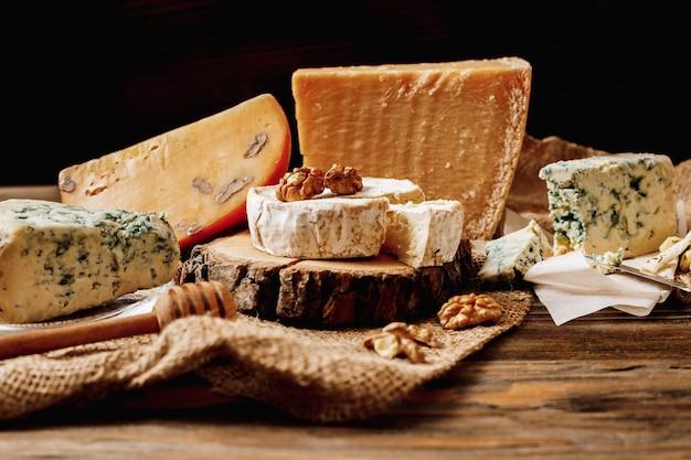 Verschillende soorten kazen. plakjes kaas brie of camembert met parmezaanse kaas