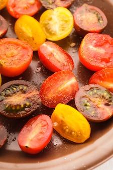 Verschillende soorten kerstomaatjes op de plaat. tomatensalade met zeezout