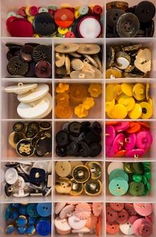 Verschillende soorten knoppen in een doos