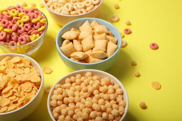 Verschillende soorten maïsontbijt op tafelclose-up