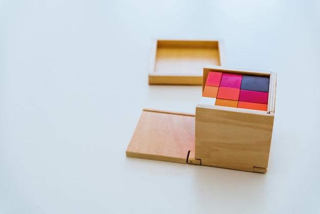Verschillende soorten montessori educatief materiaal voor gebruik in scholen voor kinderen in het basis- en basisschool.