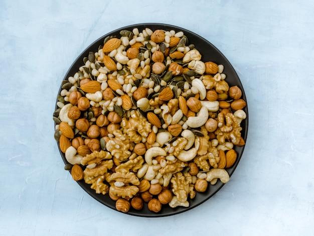 Verschillende soorten noten. cashewnoten, hazelnoot, amandel, walnoot, ceder.