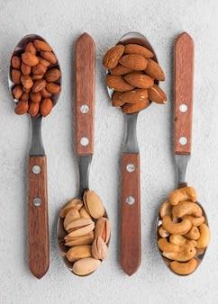 Verschillende soorten noten in platliggende lepels