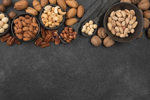 Verschillende soorten noten op donkere kopie ruimte achtergrond