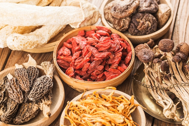 Verschillende soorten paddestoelen. eetbare paddestoelen