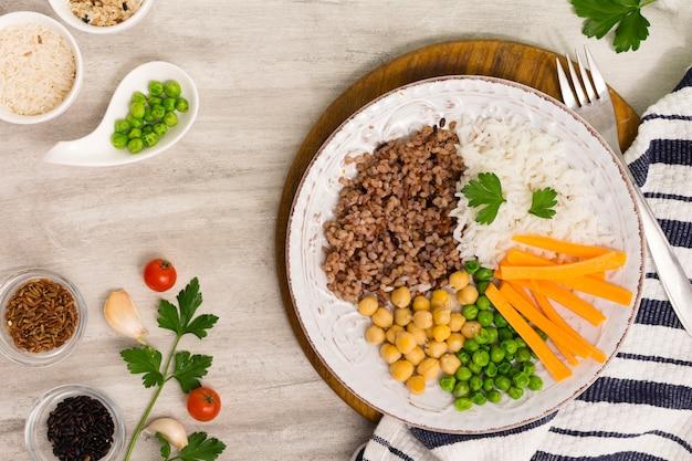 Verschillende soorten pap met groenten op een houten bord
