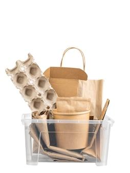 Verschillende soorten papier in container voor recycling op witte geïsoleerde achtergrond