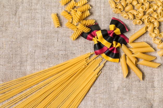 Verschillende soorten pasta droge italiaanse pasta