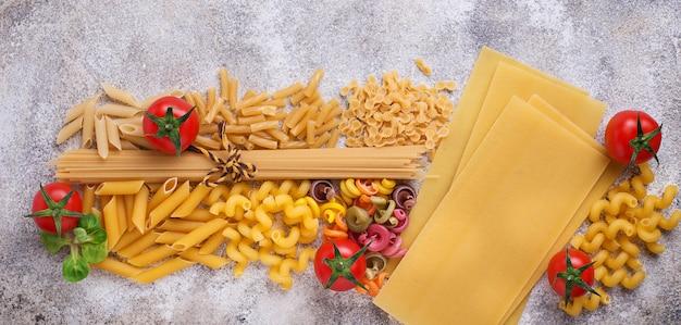 Verschillende soorten pasta en cherrytomaatjes