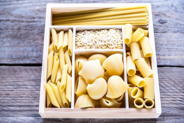 Verschillende soorten pasta in de houten container