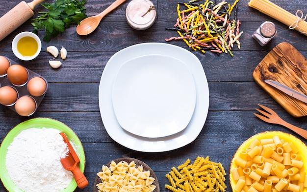 Verschillende soorten pasta met groenten,. bovenaanzicht