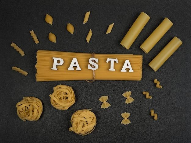 Verschillende soorten pasta op grijze achtergrond