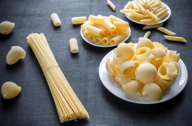 Verschillende soorten pasta op het donkere oppervlak